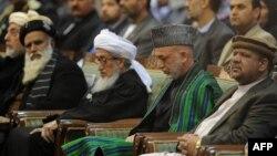 Президент Афганистана Хамид Карзай (второй справа) на собрании Лойя-джирги. Кабул,16 ноября 2011 года.