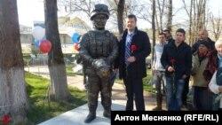 """Памятник """"зеленому человечку"""""""