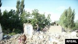 Кыргыз-өзбек чек арасындагы Чек айылында жашаган кыргыз жарандары үйлөрүн бузуп, айылдан чыгып кетишүүдө.