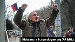Казим Аметов выходит из здания подконтрольного России суда в Крыму