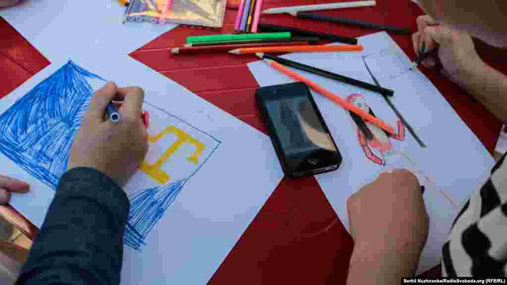 На майдані Незалежності для всіх дітей організували конкурс із малювання кримськотатарського прапора