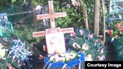 Могила, в которой захоронен эксгумированный в 2013 году труп 39-летнего предпринимателя Григория Тарасова, сына Владимира и Валентины Тарасовых. Село Белоусовка Восточно-Казахстанской области, 2 августа 2017 года.