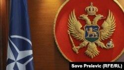 Zastava Nato saveza i grb Crne Gore
