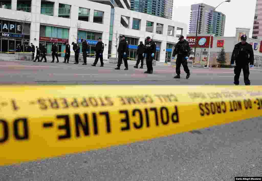 КАНАДА - Меѓу четворицата загинати во престрелката во градот Фредериктон во Канада, има и двајца полицајци, објави Асошиејтед прес. Полицијата соопшти дека еден од осомничените за учество во престрелката е уапсен.
