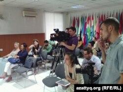 Журналисты на пресс-конференции по делу редактора газеты «Версия» Ярослава Голышкина. Алматы, 15 июня 2015 года.