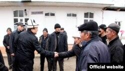 ЖК төрагасы Асылбек Жээнбеков баштаган депутаттардын тобу Баткенде, февраль, 2013.