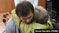 Ruslan Sokolovski, îmbărțișat de mama sa după anunțul verdictului la Ekaterinburg