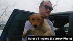 Сергей Снегирев забирает собаку из отлова, чтобы отвезти ее в клинику после того, как узнал, что она лишилась глаза.