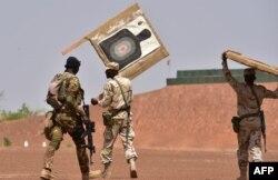 Американские инструкторы руководят антитеррористическими учениями военнослужащих из Буркина-Фасо и Малави в военном лагере в Буркина-Фасо в апреле 2018 года