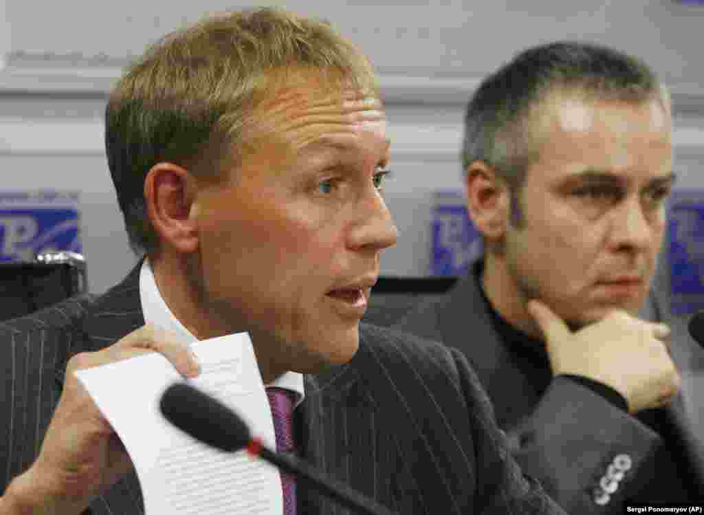 Andrei Lugovoi (left), a former KGB officer, and his associate Dmitry Kovtun, attend a news conference in Moscow on November 1, 2007. A British inquiry concluded in 2016 that Russian President Vladimir Putin probably approved an intelligence operation to kill Litvinenko. It identified Lugovoi, now a Russian lawmaker, and Kovtun as the primary suspects.