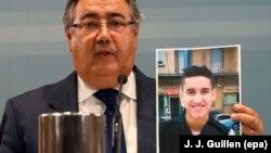 Шпанскиот министер за внатрешни работи покажува слика од осомничениот Јоунес Абујаакуб,