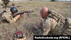 Британський інструктор пояснює кожному українському бійцю, як правильно виконувати завдання
