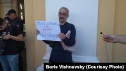 Участник пикета в знак солидарности с московскими активистами, Санкт-Петербург, 17 августа 2019