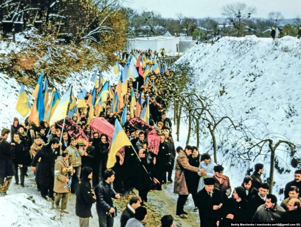 Учасники церемонії перепоховання на підході до Байкового кладовища