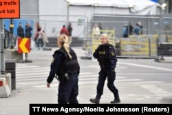 Шведские полицейские возле торгового центра, куда врезался грузовик