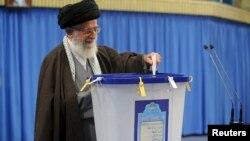 Улук лидер Аятолла Али Хаменеи добуш берүүдө. Тегеран, 26-февраль, 2016-жыл