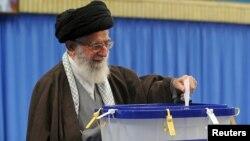 Иран рухани көсемі аятолла Әли Хаменеи парламент пен эксперттер мәжілісі сайлауына дауыс беріп тұр. Тегеран, 26 ақпан 2016 жыл.