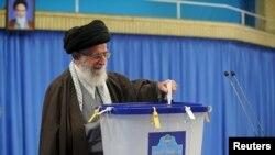 Ali dini lider Ali Khamenei Tehranda səs verir - 26 fevral 2016