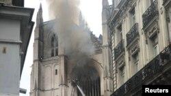 Požar u katedrali u Nantu gasilo oko 100 vatrogasaca