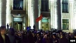 Проросійські активісти штурмують Харківську ОДА, 6 квітня 2014 року