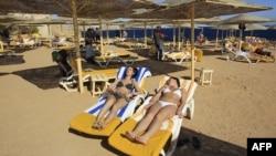 Misirin Şarm-əl-Şeyx turizm şəhərində bikinili turistlər istirahət edir, 2012-ci il