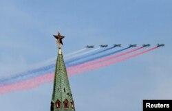 Aparate de luptă SU-25 la Parada militară de astăzi de la Moscova