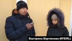 Антон Фролов и Марина Усимова у здания Кировского районного суда в Иркутске (Архивное фото)