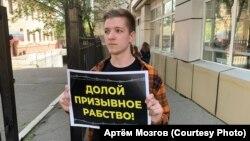Активист Артём Мозгов проводит акцию протеста в Хабаровске