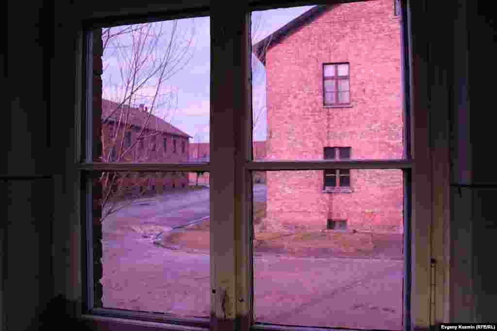 Вид из окна одного из лагерных блоков