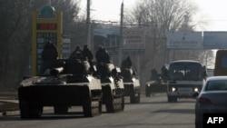 Tancuri ucrainene pe șoseaua care leagă Artemivsk de Debalțeve, regiunea Donețk, 11 februarie 2015.