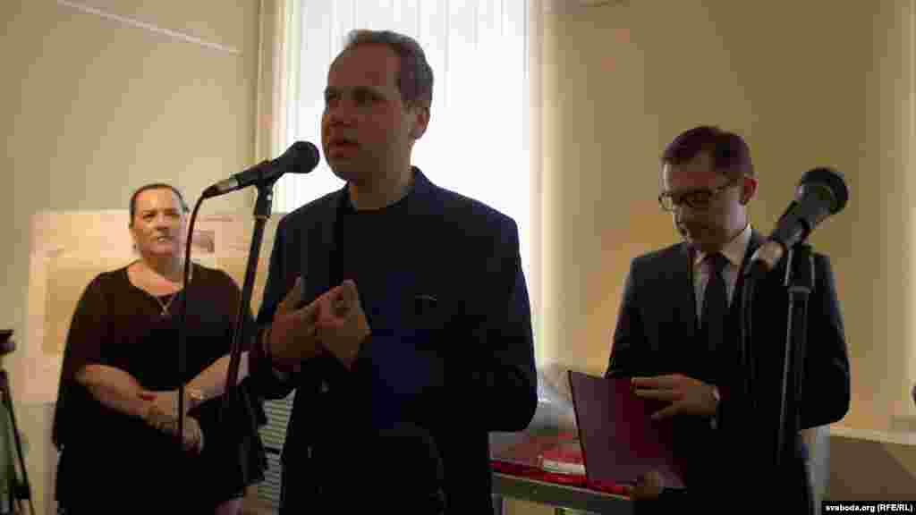 На фота зьлева аўтарка праекту Эльжбета Інеўска, справа Конрад Паўлік, прамаўляе Ігар Мельнікаў.