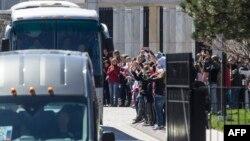 Diplomatët e dëbuar rusë duke u larguar nga ambasada në Uashington. 31 mars, 2018