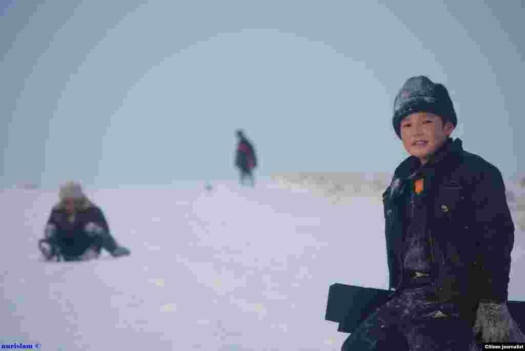 Дети играют в снегу. Прислал Нурислам Куспангали.