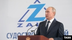 Rusiye prezidenti Vladimir Putin Keriçteki «Zaliv» gemi yapıcılığı zavodında, 2020 senesi iyülniñ 20-si