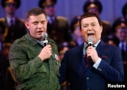 Російський співак, депутат Державної думи Росії Йосип Кобзон (праворуч) і так званий «прем'єр» угруповання «ДНР» Олександр Захарченко, Донецьк, 27 жовтня 2014 року
