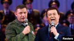 Іосіф Кабзон (справа) сьпявае на канцэрце ў Данецку разам з адным зь лідэраў прарасейскіх сэпаратыстаў Аляксандрам Захарчанкам.