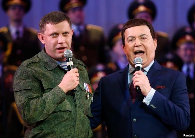 Російський співак Йосип Кобзон (праворуч) і так званий «прем'єр» угруповання «ДНР» Олександр Захарченко, Донецьк, 27 жовтня 2014 року