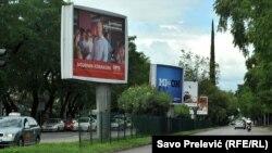 Plakati političkih stranaka postavljeni uzduž Podgorice