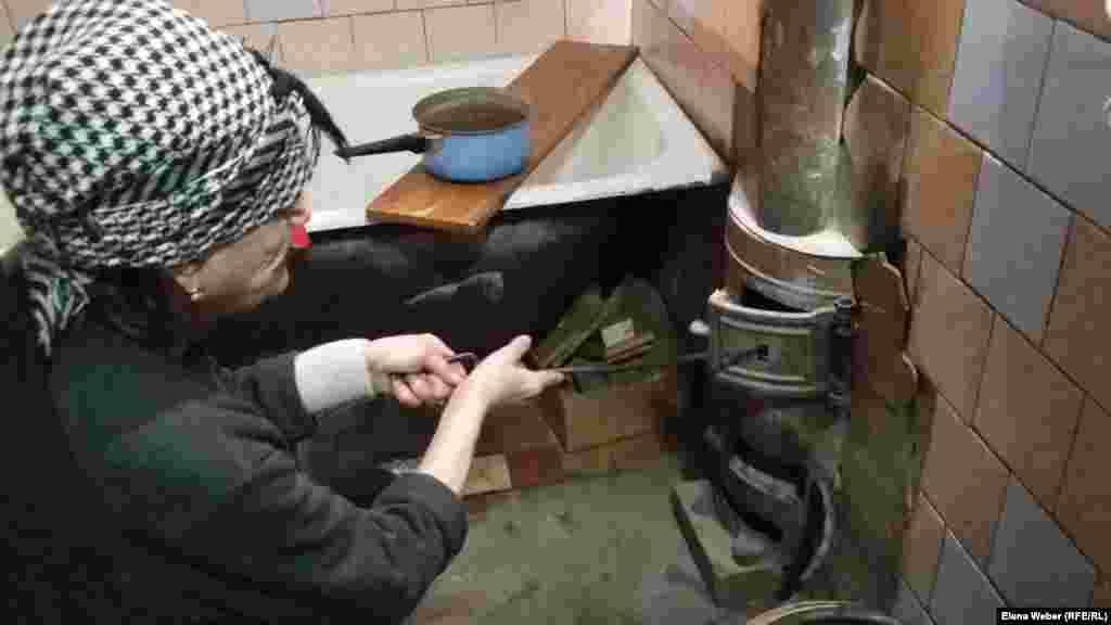 Зейнеткер Лидия Михайловна пәтеріндегі қолдан жасалған буржуйка пешке от жағып отыр. Айтуынша, екі бөлмелі пәтеріне пәтерін едәуір жылу беретін пештің күйе-түтінінен дем алу оңай емес. Оның үстіне мұндай пештер қауіпті саналады.