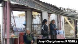 ოშელი ქალები დამწვარი შენობის წინ