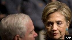 Secretarul de stat Hillary Clinton ministrul apărării Robert Gates