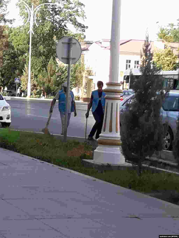 Сотрудники коммунальных служб убирают столичные улицы