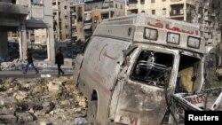 Makina e djegur e ndihmës së parë në qytetin Alepo - pasojë e luftimeve në Siri