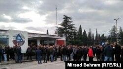 Radnici ispred ulaza u Aluminj uoči odluke o ponudi Abraham grupe