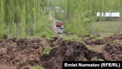 Последствия схода оползня в селе Аюу-Сай в Узгенском районе Ошской области КР.