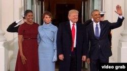 АҚШ-тың жаңа сайланған президенті Дональд Трамп пен зайыбы Меланья (ортадағы жұп) Ақ үйге кіріп, мерзімі біткен президент Барак Обамамен және бірінші ханым Мишель Обамамен кездесіп тұр. 20 желтоқсан 2017 жыл.