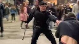 Полицейский готовится в очередной раз ударить дубинкой Максима Сидоренко, кадр из видео