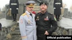 Аслан Ирасханов (в черном) с Русланом Алхановым. Источник: Instagram МВД по ЧР