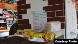 «Добрая» лавка с бесплатными продуктами для пенсионеров в магазине «Лукошко» в Ташкенте.