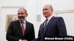 Премьер-министр Армении Никол Пашинян (слева) и президент России Владимир Путин (архив)